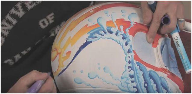 Decorare un casco con pennarelli a vernice. Un'opera di Drew Brophy