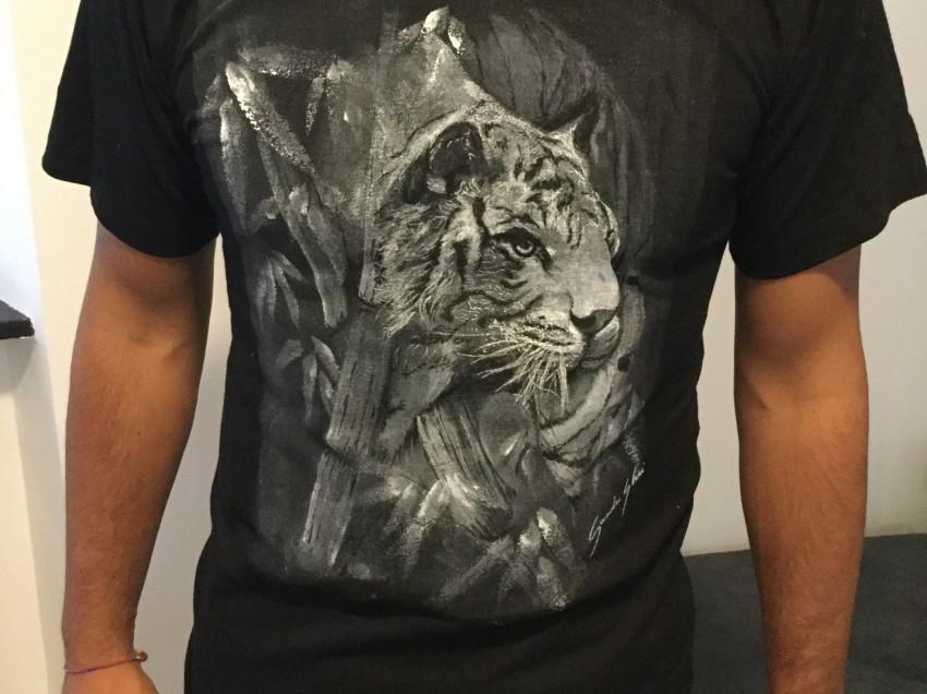 Come usare una base per serigrafia per dipingere a mano su t-shirt