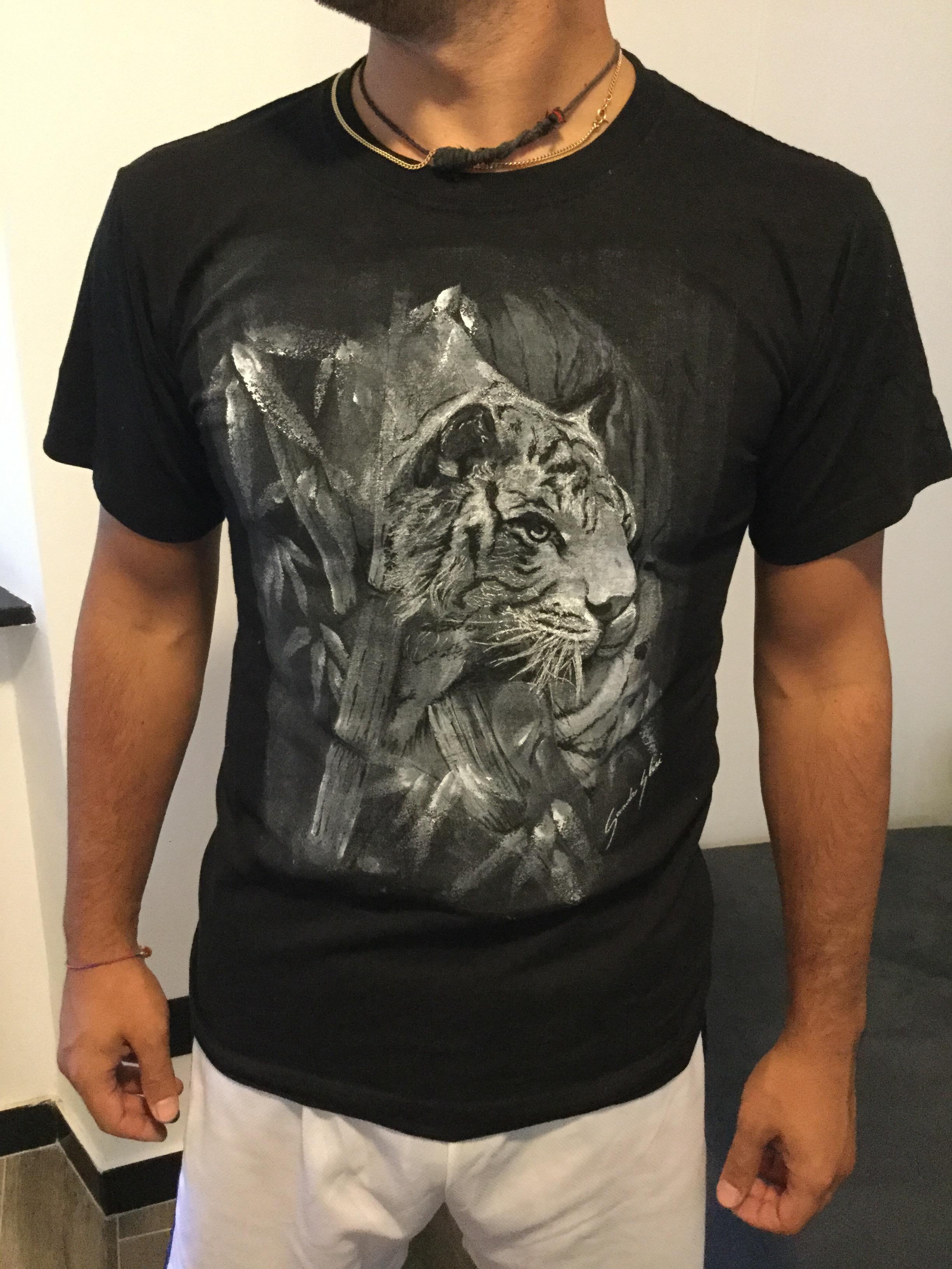 Top Come dipingere a mano su una t-shirt con prodotti serigrafici. PU92